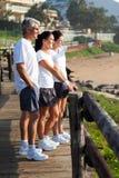 Mattina della spiaggia della famiglia fotografia stock libera da diritti