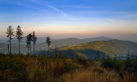 Mattina di autunno nelle montagne fotografie stock libere da diritti