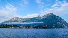 Mattina di calma della primavera sulle rive del lago Como a Bellagio fotografia stock libera da diritti