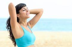 Mattina di estate della spiaggia della donna Immagine Stock