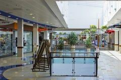Mattina di estate nel grande centro commerciale Immagine Stock