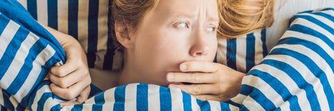 Mattina di giovane donna incinta che soffre dall'INSEGNA della tossicosi a casa, formato lungo Fotografia Stock Libera da Diritti