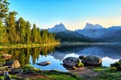 Mattina di inizio dell'estate sul lago della montagna Fotografia Stock Libera da Diritti