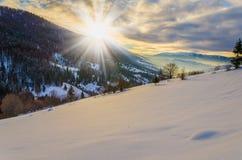 Mattina di inverno di luce solare di alba Una vista delle montagne di inverno Immagine Stock