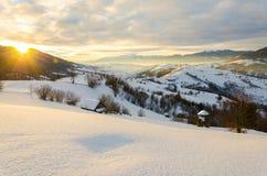 Mattina di inverno di luce solare di alba Una vista delle montagne di inverno Wi Immagini Stock Libere da Diritti