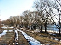Mattina di marzo sul fiume fotografia stock