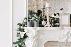 Mattina di natale appartamenti di lusso classici con un camino bianco, albero decorato, sofà luminoso, grandi finestre immagine stock libera da diritti