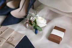 Mattina di nozze Bei dettagli blu di nozze delle scarpe della sposa chiuda sugli accessori della donna di vista Fotografie Stock