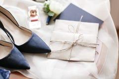 Mattina di nozze Bei dettagli blu di nozze delle scarpe della sposa chiuda sugli accessori della donna di vista Fotografia Stock