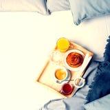 Mattina di Tray Coffee Bun Grey Early del pezzo di terra coltivato alla prima colazione immagine stock libera da diritti