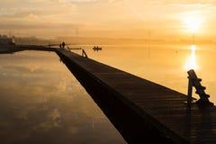 Mattina dorata sopra il lago Autunno in Europa Fotografie Stock Libere da Diritti