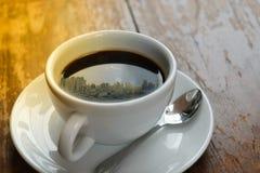 Mattina e città del sole su caffè Immagine Stock
