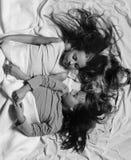 Mattina e concetto di infanzia Bambini con i fronti sonnolenti Immagini Stock
