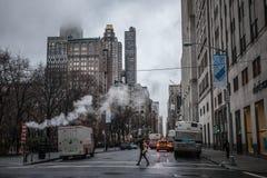 Mattina e via piovosa di Manhattan Immagine Stock