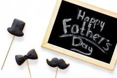 Mattina felice del giorno del ` s del padre con lo smoking, i biscotti del cappello e dei baffi per celebrano la vista superiore  Immagini Stock Libere da Diritti