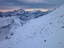Mattina fredda in alte montagne con neve Immagini Stock Libere da Diritti