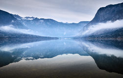 Mattina fredda di inverno nel lago Bohinj nel parco nazionale di Triglav Immagine Stock