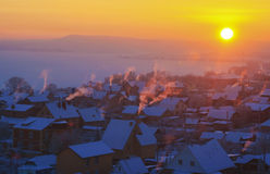 Mattina gelida in anticipo di inverno nel villaggio Fotografie Stock