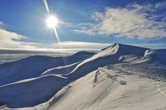 Mattina gelida delle montagne innevate chiara Viaggio alle montagne nevose immagine stock
