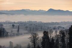 Mattina ghiacciata di inverno con nebbia ed il supporto Rigi nei precedenti Immagini Stock Libere da Diritti