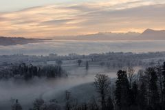 Mattina ghiacciata di inverno con nebbia ed il supporto Rigi nei precedenti Fotografie Stock
