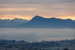 Mattina ghiacciata di inverno con nebbia ed il supporto Rigi nei precedenti Fotografia Stock Libera da Diritti