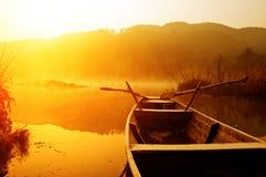 Mattina, il lago e barche Immagine Stock