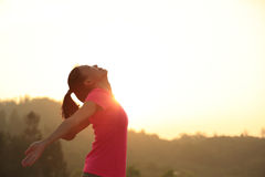 Mattina incoraggiante della montagna della donna a braccia aperte Immagine Stock Libera da Diritti