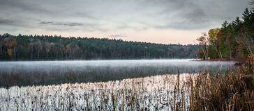 Mattina inizio di ottobre sul lago a Chalk River Fotografia Stock Libera da Diritti