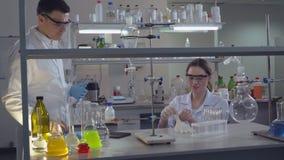 Mattina in laboratorio il diverso gruppo stock footage