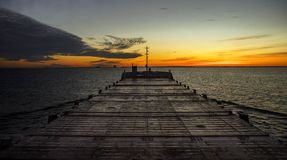 Mattina in mare Vista dal ponte della navigazione Inizio del giorno nuovo Scaldi gli indicatori luminosi immagine stock libera da diritti