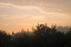 Mattina nebbiosa, alba sopra la città Immagini Stock Libere da Diritti