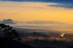 Mattina nebbiosa alla collina di panorama. Immagini Stock