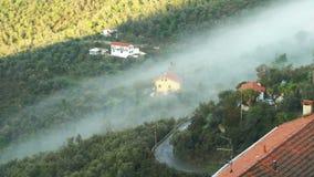 Mattina nebbiosa in anticipo nella città alpina video d archivio