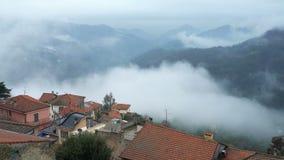 Mattina nebbiosa in anticipo nella città alpina archivi video