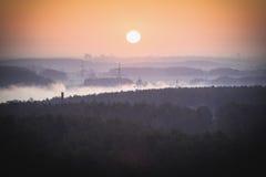 Mattina nebbiosa in anticipo sopra la città Fotografie Stock Libere da Diritti