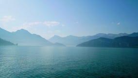 Mattina nebbiosa in anticipo su un lago molto bello in Svizzera archivi video