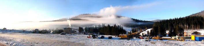 Mattina nebbiosa della stazione sciistica di inverno immagini stock libere da diritti