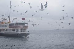 Mattina nebbiosa di Costantinopoli, aspettante per ferry i passeggeri e ballare Fotografia Stock Libera da Diritti