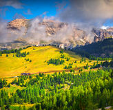 Mattina nebbiosa di estate nelle alpi dell'Italia, dolomia, Europa Fotografie Stock