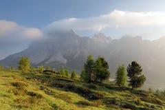 Mattina nebbiosa di estate nelle alpi dell'Italia, dolomia, Europa Fotografia Stock