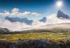 Mattina nebbiosa di estate nelle alpi dell'Italia, Tre Cime Di Lavaredo, Dolomi Immagini Stock