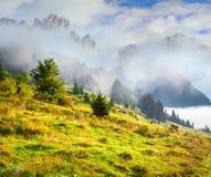 Mattina nebbiosa di estate nelle alpi italiane delle dolomia Fotografia Stock