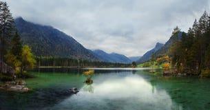Mattina nebbiosa di estate sul lago Hintersee in alpi austriache Fotografia Stock