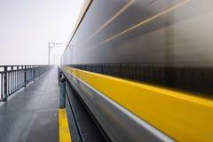 Mattina nebbiosa a Dom Luis Bridge nella città di Oporto Fotografie Stock