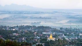 Mattina nebbiosa a Hpa una città con la pagoda sola di Gabar Il Myanmar (Bu Immagini Stock