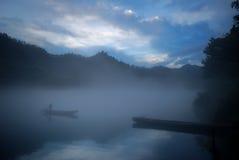Mattina nebbiosa lungo il fiume perso Fotografie Stock Libere da Diritti
