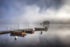 Mattina nebbiosa nel lago Grycken, Stjärnsund, Svezia Fotografia Stock