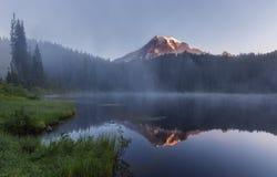Mattina nebbiosa nelle montagne Fotografie Stock Libere da Diritti