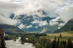 Mattina nebbiosa nelle montagne di Altai Immagini Stock